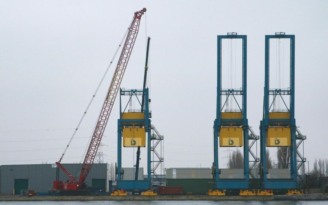 KOOLE demonteert vier 'ship to shore' gantry cranes in de haven van Antwerpen, Belgie.